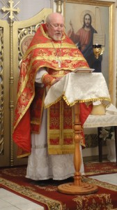 Настоятель храма протоиерей Владимир Максимов зачитывает пасхальное послание патриарха Кирилла.